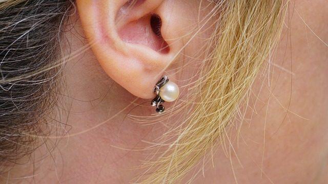 耳たぶピアスの位置